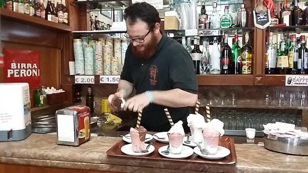 Glassförberedelser på anrika Bar San Callisto i Trastevere